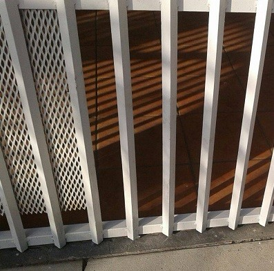 En el portón de la fotografía mostramos cómo se cambió su estructura inferior que estaba corroída y se pintó, mejorando su estética y funcionamiento.